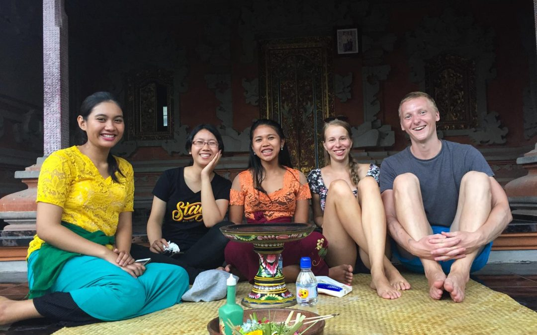 Natáčíme video s balijskýma studentkama