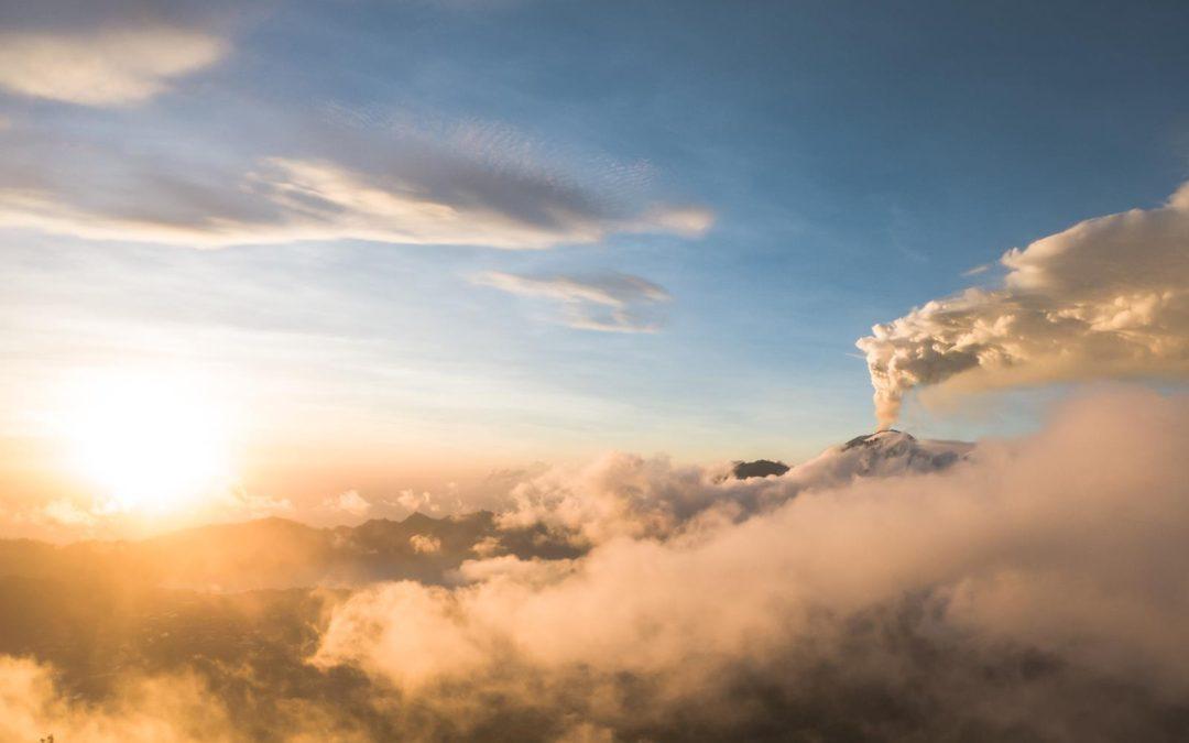 Východ slunce na sopce Batur s doutnající sopkou Agung